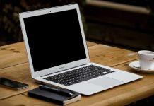 Un ordinateur sur un bureau